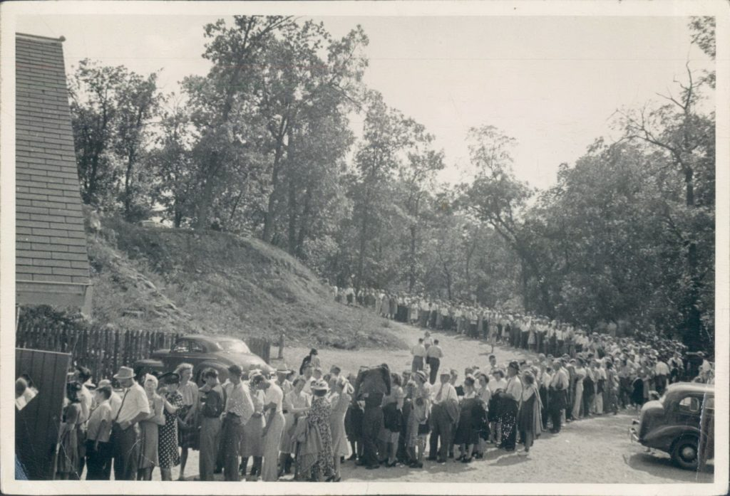 Vintage Photo of the Cave Entrance Building with a long line of people in the 1940s going all the way back to the parking lot